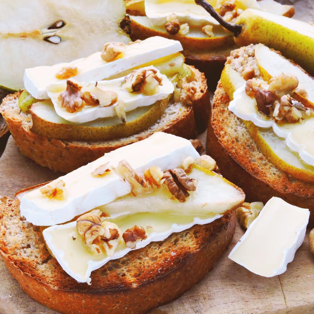 Tostada de queso brie, pera y nueces